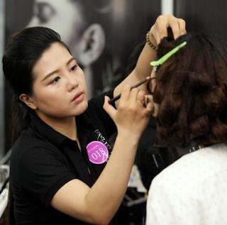Instructions on Personal Makeup Skills with Ruby Ngoc 1