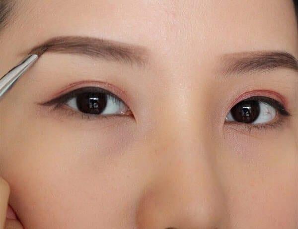 Powder eyebrow spray technique