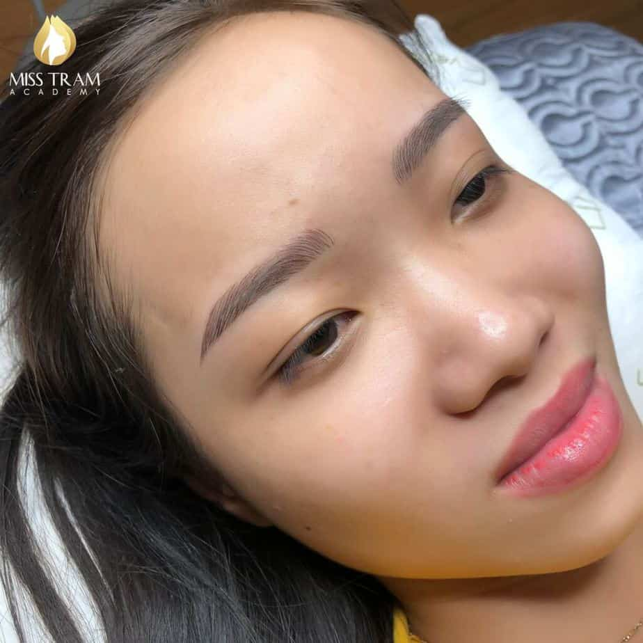 Practitioner Nhu Quynh is confident in modeling Sculpting eyebrow hairs image 1