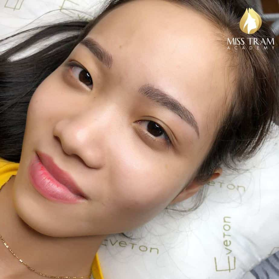 Practitioner Nhu Quynh is confident in modeling Sculpting eyebrow hairs image 2