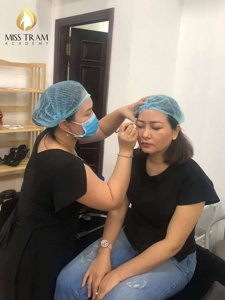 Practitioner Treats Old Eyebrows - Sculpting The Head & Spraying Ombre Eyebrow For Guests 2