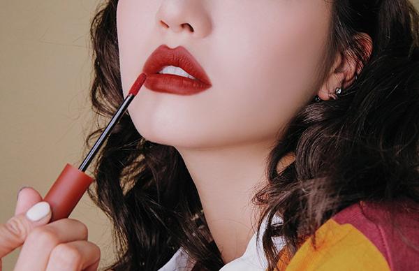 Son màu đỏ thẩm phù hợp với người môi thâm